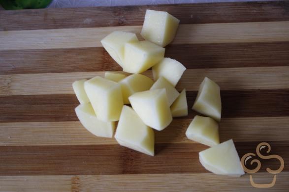 A krumplit kockákra vágjuk